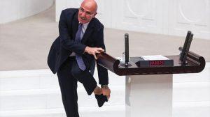 Mahmut Tanal meclis kürsüsünde çorabını çıkardı