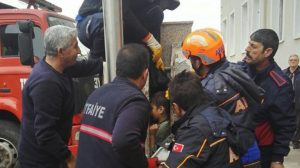 Gelibolu'da okuldaki Atatürk büstünde sıkışan çocuk 5 saatte kurtarıldı!