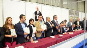 CHP milletvekilleri, Enis Berberoğlu'nun yazdığı kitabı imzaladı