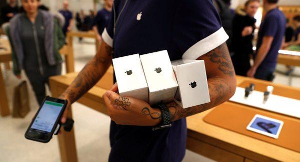 Iphone X ABD'de satılmaya başlandı: Müşteriler geceden kuyruğa girdi!
