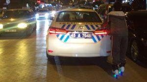 """Manisa'da patenli genç, polis aracına tutunarak ilerledi, görenler """"bu kadarına da pes"""" dedi!"""