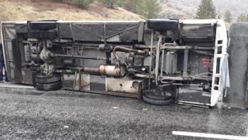 Yolcu otobüsü devrildi: 2 ölü, çok sayıda yaralı var