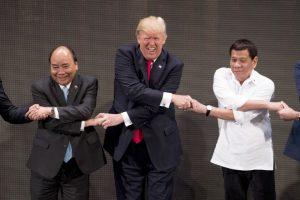 Trump bu kez başarılı olamadı! El sıkışma…