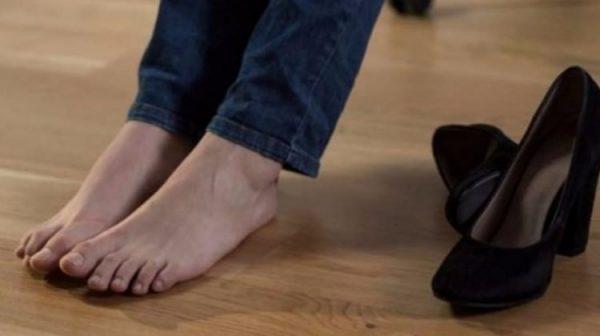 """Mahkeme """"ayakların kokuyor"""" diyen eşi tazminata mahkum etti!"""