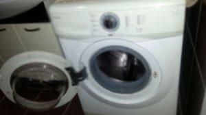 Çamaşır makinasının altından çıkan şoke etti!