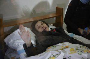 Nuriye Gülmen tahliye edildi, çıkışta zafer işareti yaptı