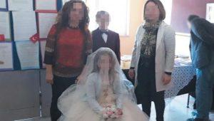Küçücük çocuklara derste düğün yaptılar