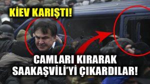 Protestocular polis arabasının camını kırarak Saakaşvili'yi dışarı çıkardı