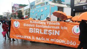 Sağlık çalışanları, kadına yönelik şiddete tepki için yürüdü