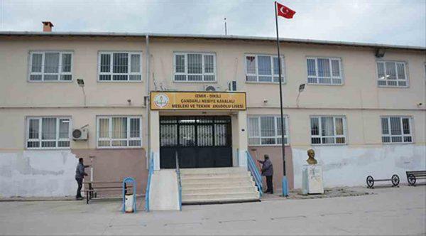 Dikili Belediyesi yarı yıl tatilinde okulları yeniliyor