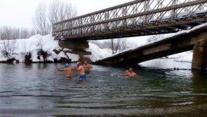 Eksi 10 derecede Munzur Çayı'nda yüzdüler