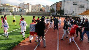 Futbolcular kavga edince maç tatil edildi