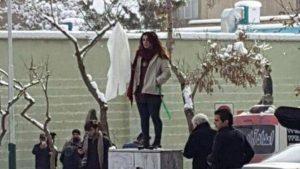 İran'da kadınlardan başörtü eylemi