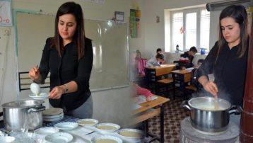Öğrencileri için sınıftaki sobanın üzerinde puding hazırlıyor
