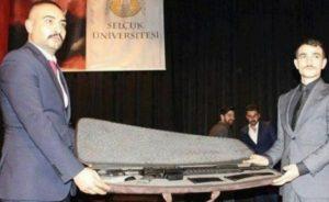 Üniversite etkinliğinde uzun namlulu silah hediye edildi!