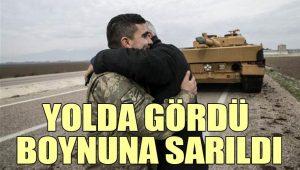 Askerlere sevgi gösterisi: Yolda gördü boynuna sarıldı