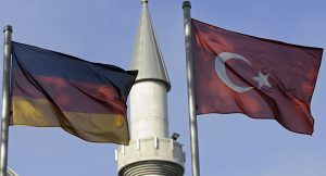 'Nazi-deve güdücü tartışmaları aşırıcılığı güçlendiriyor'