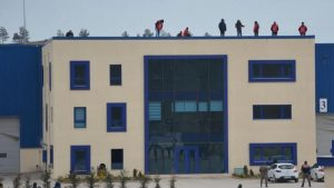 İşten çıkarılan işçiler fabrikanın çatısına çıktı