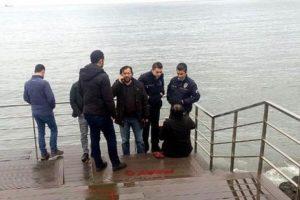 Sahilde tek başına oturuyordu, kimseyi rahatsız etmemişti: Ama gözaltına aldılar!