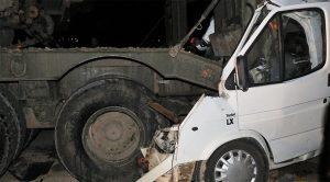 Askeri araçla minibüs çarpıştı!