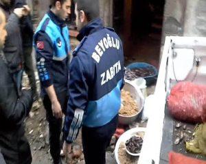 """İstanbul'daki 2 tonluk """"merdiven altı midye dolma operasyonu""""ndan kareler"""