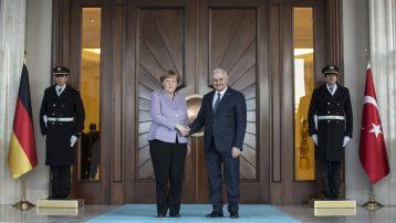 Binali Yıldırım'dan Angela Merkel'e 'FETÖ' listesiBinali Yıldırım'dan Merkel'e: Sorun sadece YPG değil, FETÖ ve Zarrab davası var