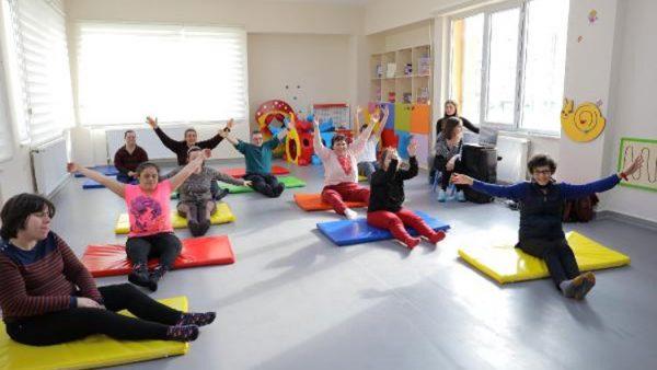 Down sendromlu çocuklar dans ederek eğlendi
