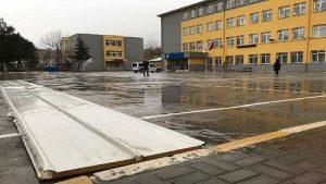 Lodosta uçan çatı parçası okul bahçesindeki Elif'in sırtına düştü
