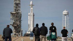 Elon Musk şov yaptı! Uzaya araba gönderdi!