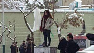 İran'da başörtüsünü çıkaran 29 kadına tutuklama!