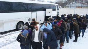 Yunanistan'ın geri gönderdiği kaçaklar, donmaktan kurtarıldı