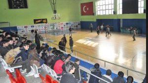 Kaçaklar, sınır dışı edilmeyi basket maçı yaparak bekledi