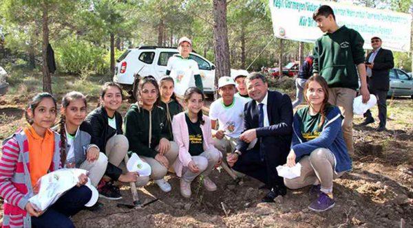 Başkan Turgut öğrencilerle badem fidanı dikti