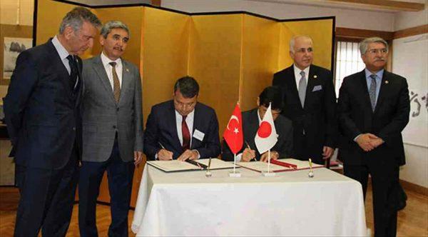 Ankara'da düzenlenen Yerel Projelere Hibe Programlarının sözleşmesini Silifke Belediye Başkanı Dr. Mustafa Turgut ve Japonya Büyükelçisi Akio Mıyajıma imzaladı.
