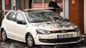 İzmir'de yangın paniği! Arabaların üzerine atladılar