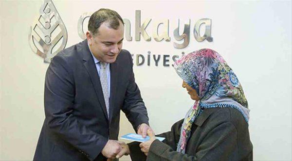 Çankaya Belediyesi 154 aileye daha Halk Kart verdi
