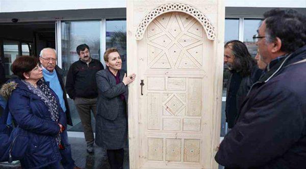 El emeği ahşap kapı Urla Belediyesi'nde sergileniyor