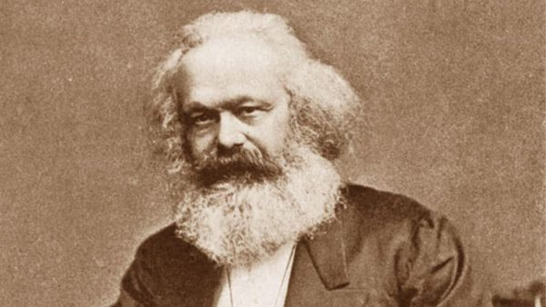 Karl Marx doğum gününde, doğduğu şehirdeki trafik ışıklarında…