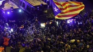 Madrid, Katalan liderler için tutuklama kararı alınca Katalonya karıştı