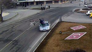 Otomobilin çarptığı bisikletli metrelerce sürüklendi