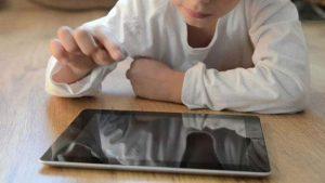 Çocuğuna tablet veren anne-babalar dikkat!