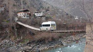 Bu köye asma köprüden geçilerek giriliyor