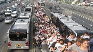 Metrobüs bu kez de tez konusu oldu: Kalabalıklar içinde yalnızız…