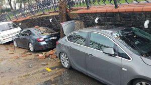Park duvarı araçların üzerine çöktü