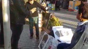 """Sivil polisten portre satan mültecilere: """"Bizde Atatürk yerde durmaz, yukarı kaldırın!"""""""