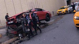 Beşiktaş'ta bariyerlere çarpan otomobil asılı kaldı