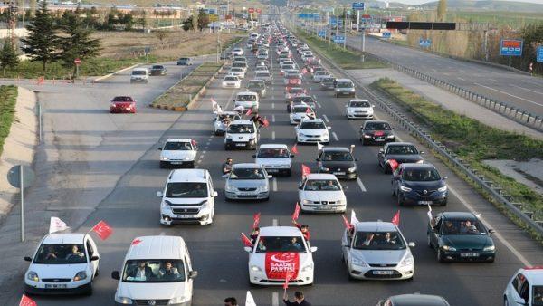 Karamollaoğlu'na 1000 kişilik konvoy eşlik etti