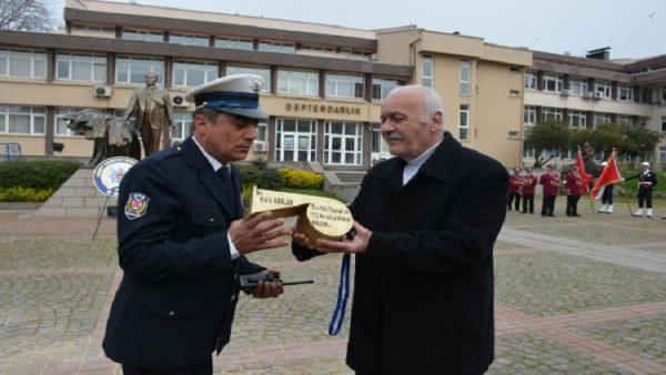 Trafik polisine 'altın düdük' hediye edildi