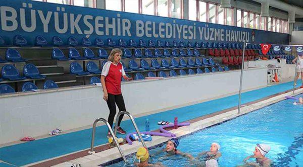 Baş antrenörden Eskişehirli genç yüzücülere eğitim