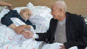 En güzel tesadüf! Asker arkadaşları 72 yıl sonra hastane odasında buluştu